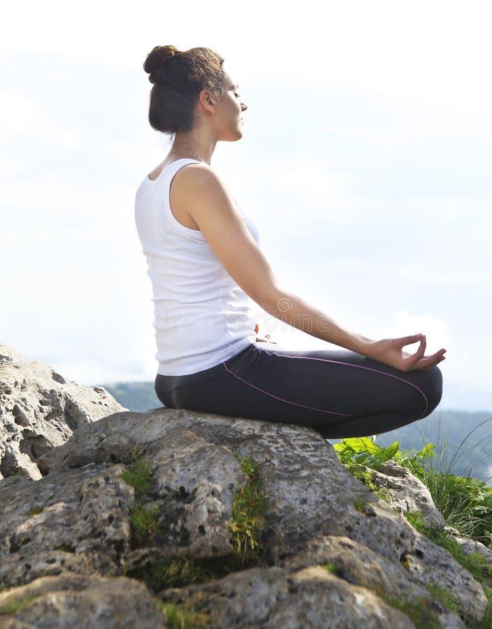 隔壁少妇淫荡��h�_做平衡的可爱的少妇瑜伽姿势在h顶部