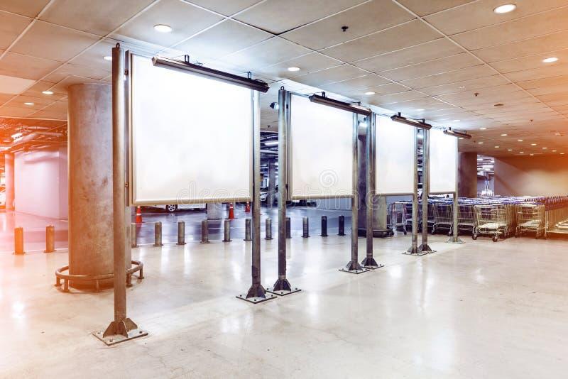 做广告的灯箱在未加工的水泥墙壁背景和裁减路线 库存照片
