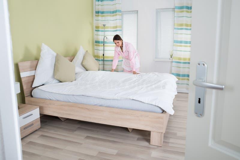 做床的女性管家 库存照片
