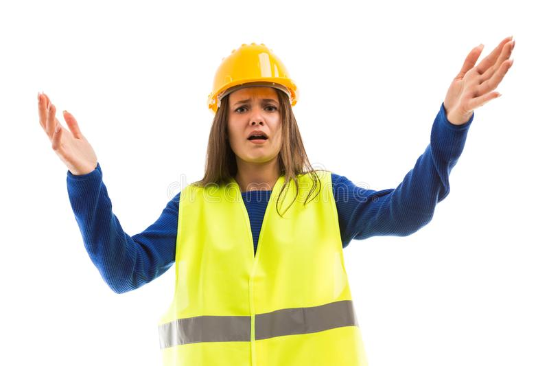 做恼怒的姿态的年轻女性工程师 免版税库存图片