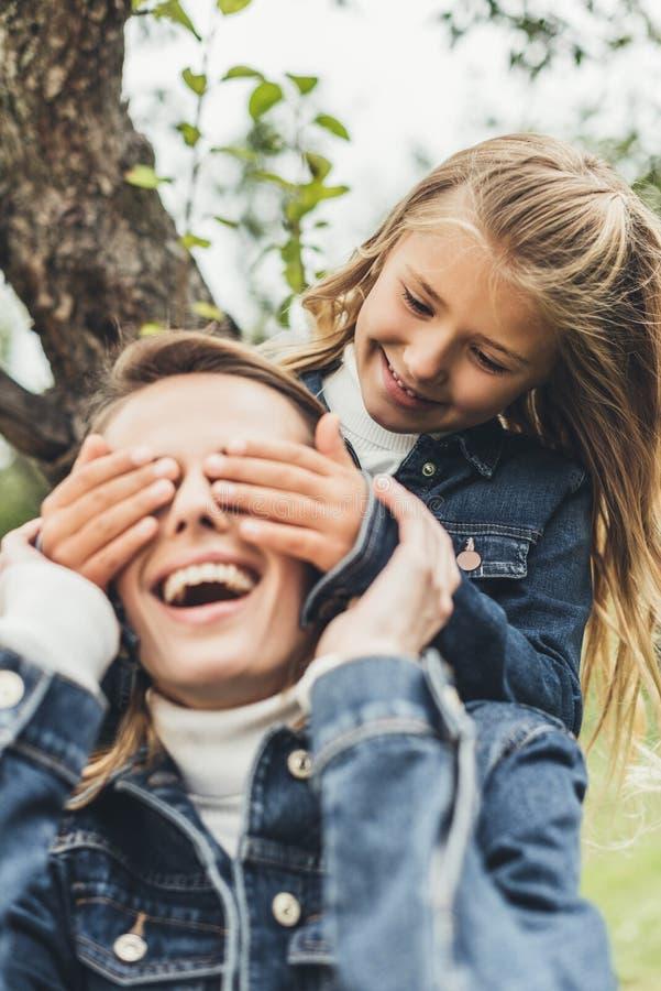 做惊奇和闭合值的眼睛的快乐的女儿对她激发 皇族释放例证