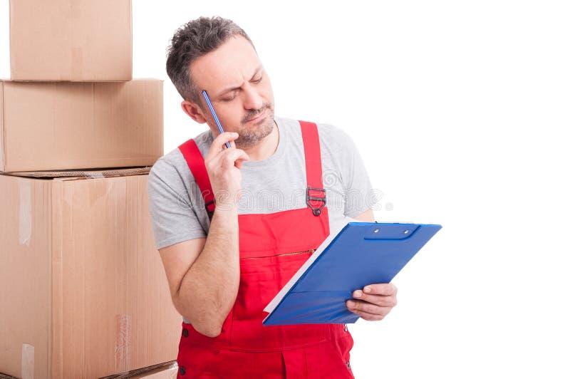 做想法的姿态和拿着剪贴板的搬家工人人 免版税库存图片