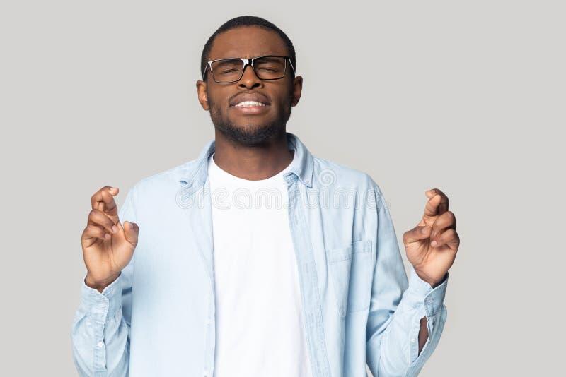 做愿望的迷信黑男性发怒手指 库存照片