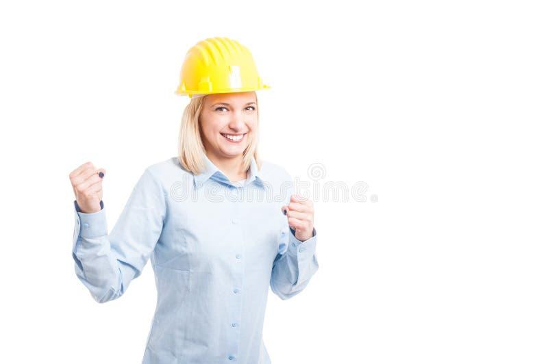 做成功姿态的微笑的女性建筑师画象  免版税库存图片
