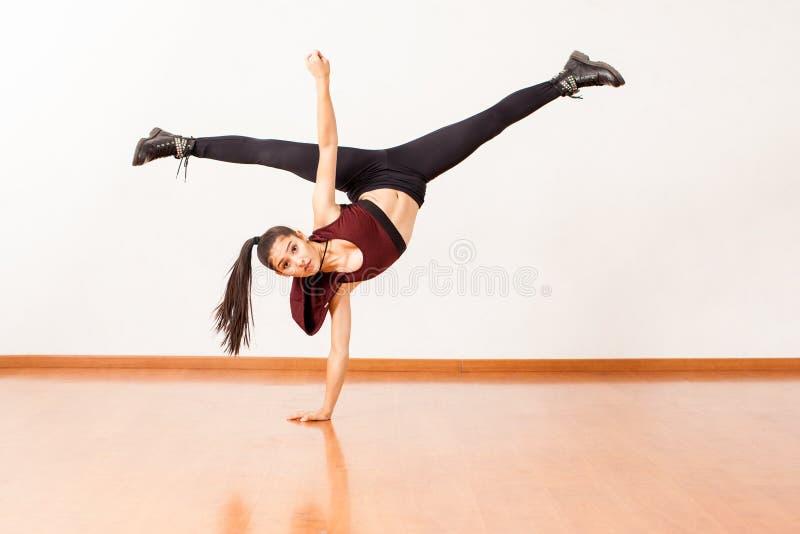 做手倒立和腿分裂的西班牙舞蹈家 库存图片