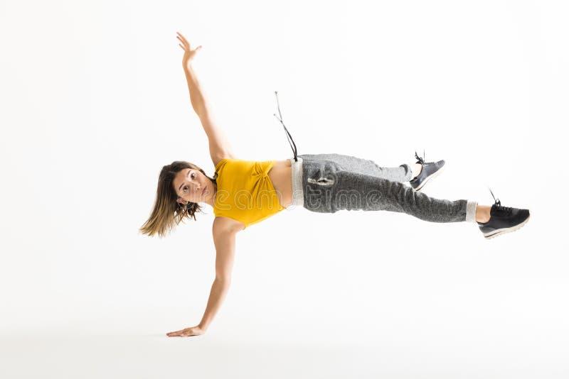 做手倒立的年轻女性断裂舞蹈家画象  库存图片