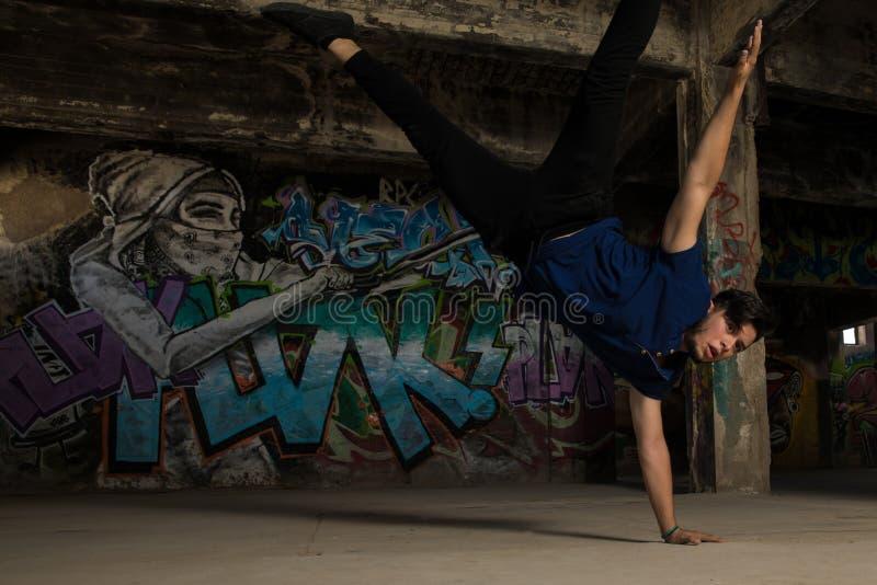 做手倒立的年轻男性舞蹈家 库存照片