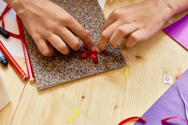 做手工制造卡片特写镜头的女孩 库存照片