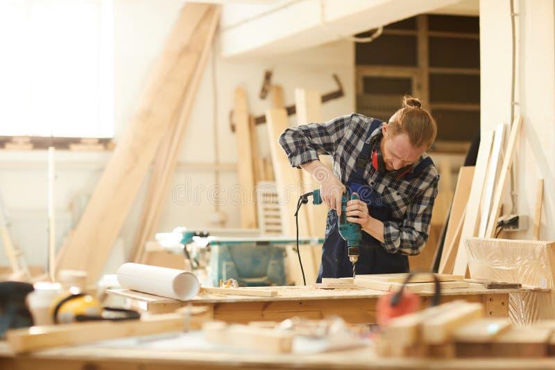 做手工制造家具的木匠 库存照片
