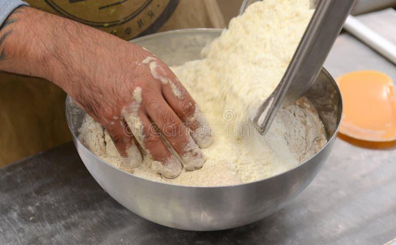 做手工制造面包的面包师在塑造面团的家庭面包店在tradional在索非亚, 9月的保加利亚塑造 免版税库存照片