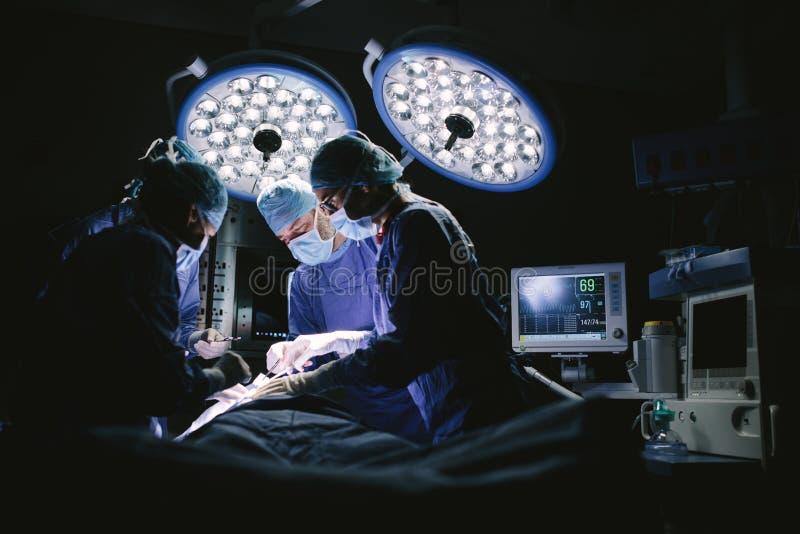 做手术的外科医生队  免版税库存照片