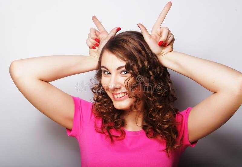 做手标志的滑稽的妇女 免版税库存照片