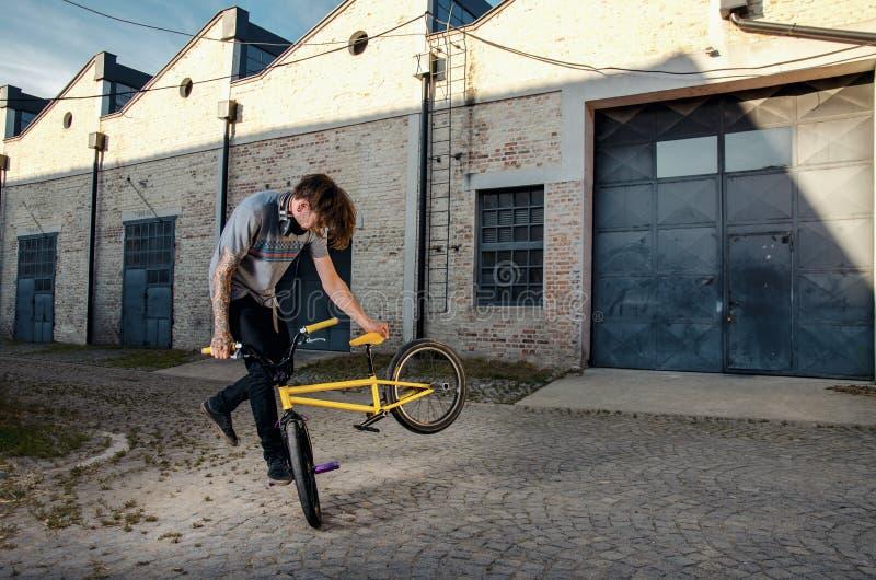 做把戏的极端BMX车手 库存图片