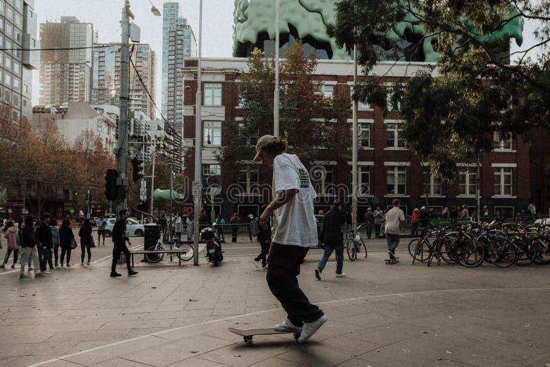 做把戏的溜冰板者在一个冰鞋公园在城市 库存照片