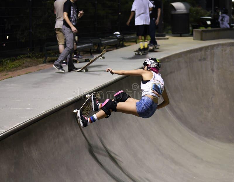 做把戏的溜冰板者在skatepark 库存图片