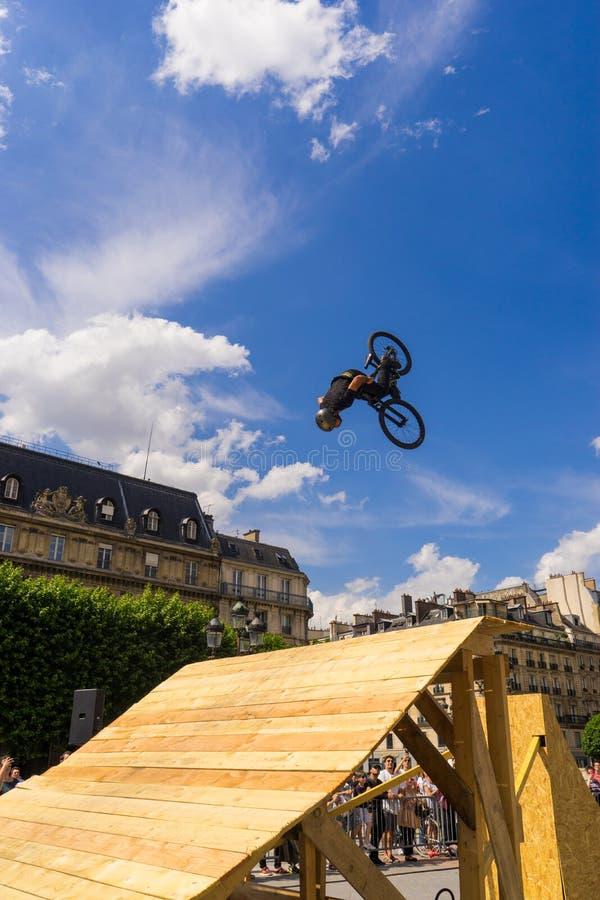 做把戏的bmx的年轻人,在一次自由式bmx示范时在巴黎 库存照片