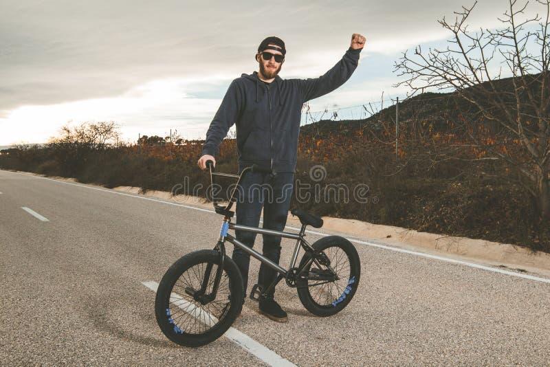 做把戏的BMX车手 有bmx自行车的年轻人 极其体育运动 库存图片
