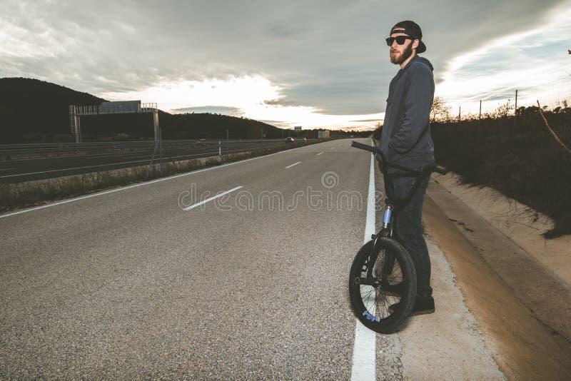 做把戏的BMX车手 有bmx自行车的年轻人 极其体育运动 免版税库存图片