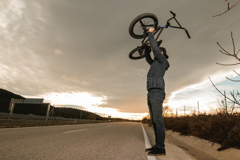 做把戏的BMX车手 有bmx自行车的年轻人 极其体育运动 免版税库存照片