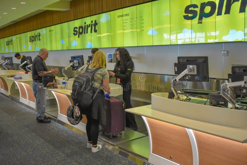 做报到的人们在精神航空公司柜台在奥兰多国际机场 2 库存图片