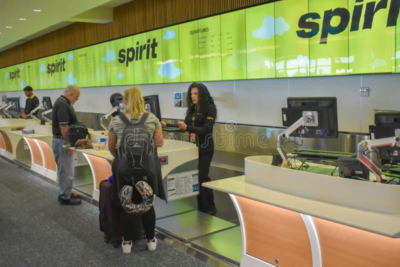 做报到的人们在精神航空公司柜台在奥兰多国际机场 库存图片