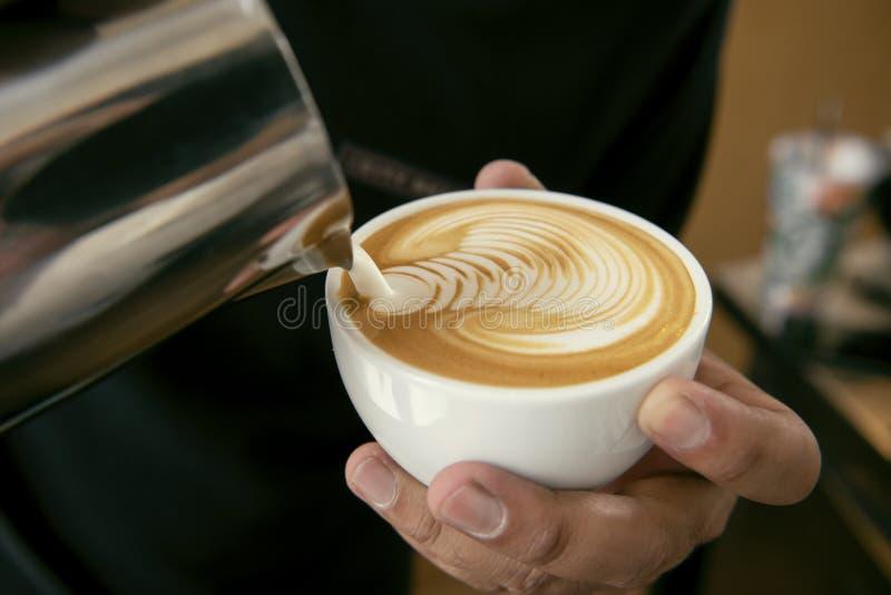 做拿铁或热奶咖啡艺术与泡沫的泡沫,咖啡的Barista 免版税库存照片