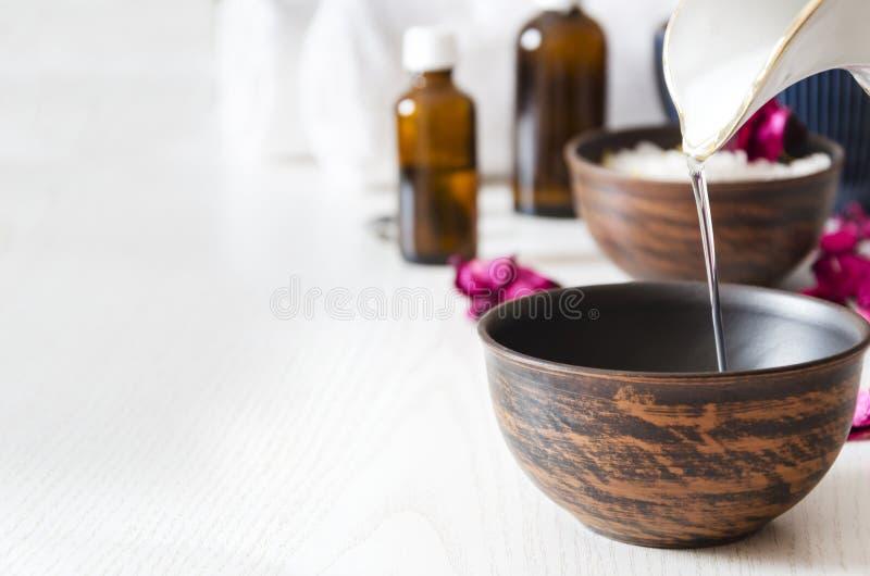 做按摩的准备与在温泉沙龙的化妆油,拷贝空间 免版税图库摄影