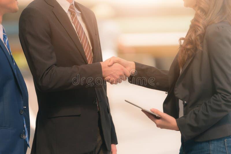 做握手的商人在被弄脏的背景 o 免版税库存图片