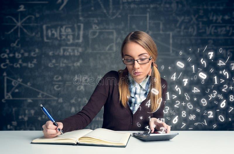做数学的女小学生 图库摄影