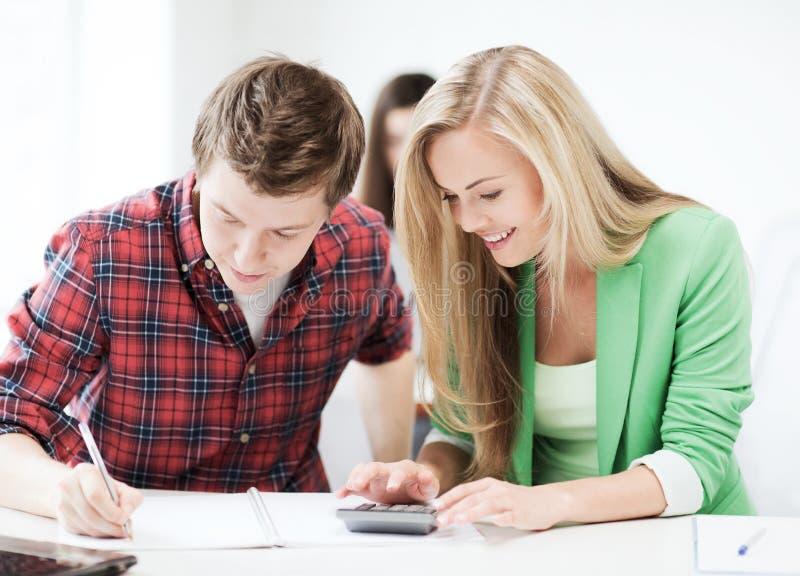 做数学的学生在学校 免版税库存图片