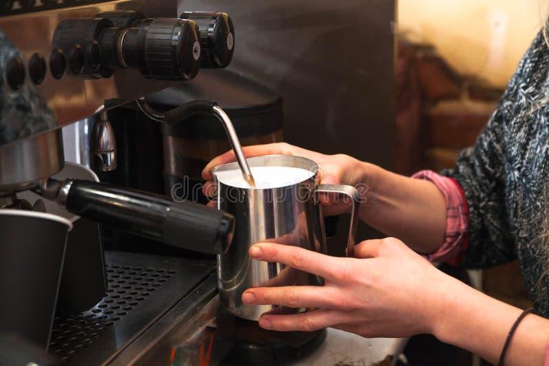 做新鲜的外带的咖啡的Barista 在手上的特写镜头视图有portafilter的, barista咖啡准备服务概念 图库摄影