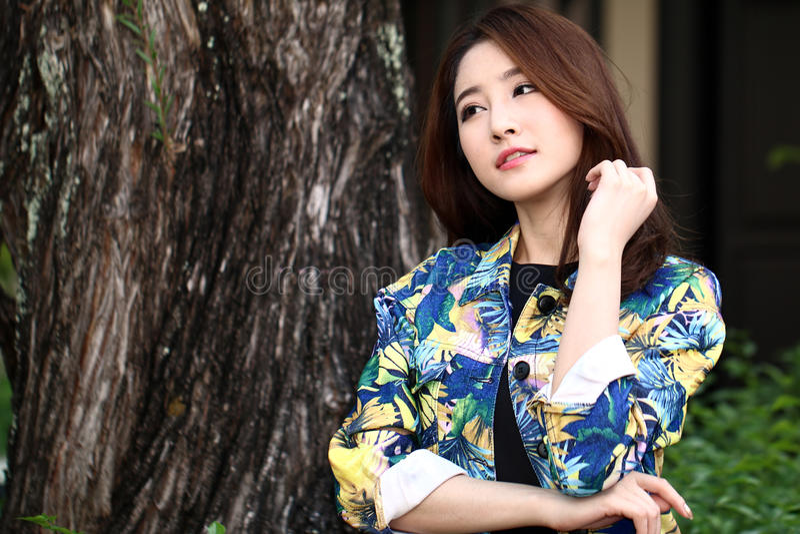 做时尚射击的美好的亚洲妇女模型室外 免版税库存照片
