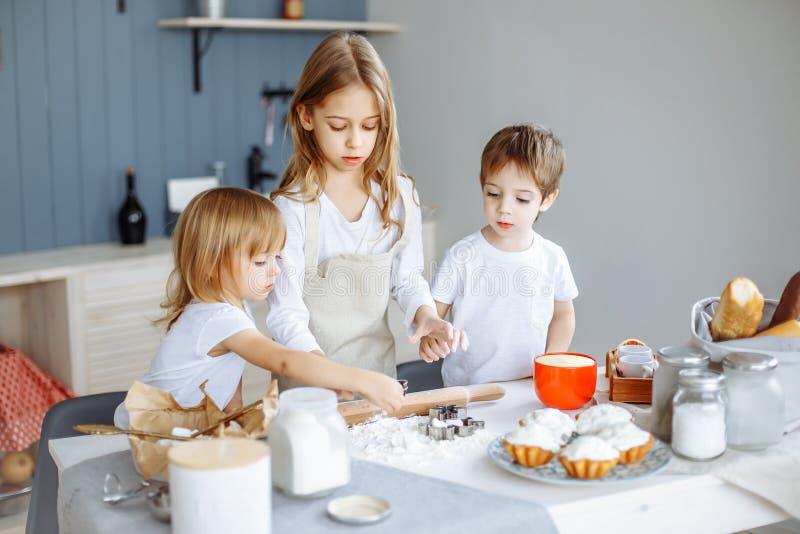 做曲奇饼的孩子在厨房里 库存照片