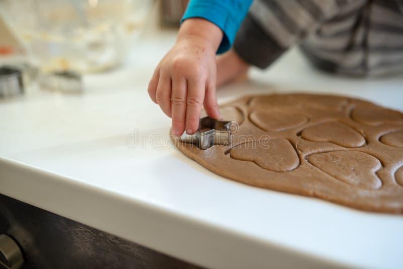 做曲奇饼的小孩孩子特写镜头 免版税库存照片