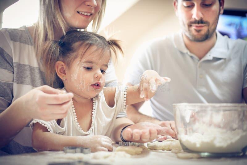 做曲奇饼 系列在厨房里 图库摄影