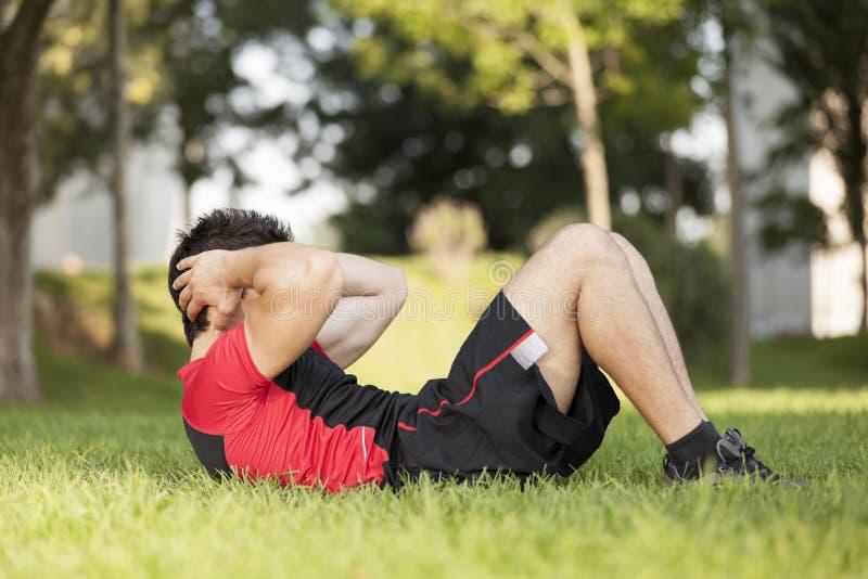 做有些abdominals的运动员 免版税库存图片