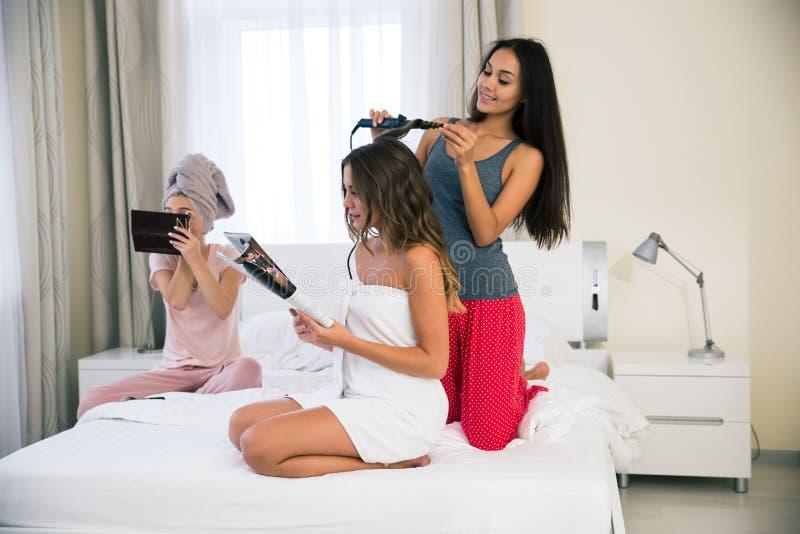 做构成和发型的三个女孩 免版税图库摄影