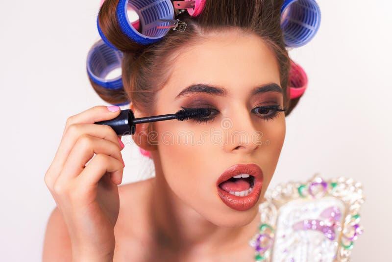 做构成和发型的女孩使用卷发的人 库存图片