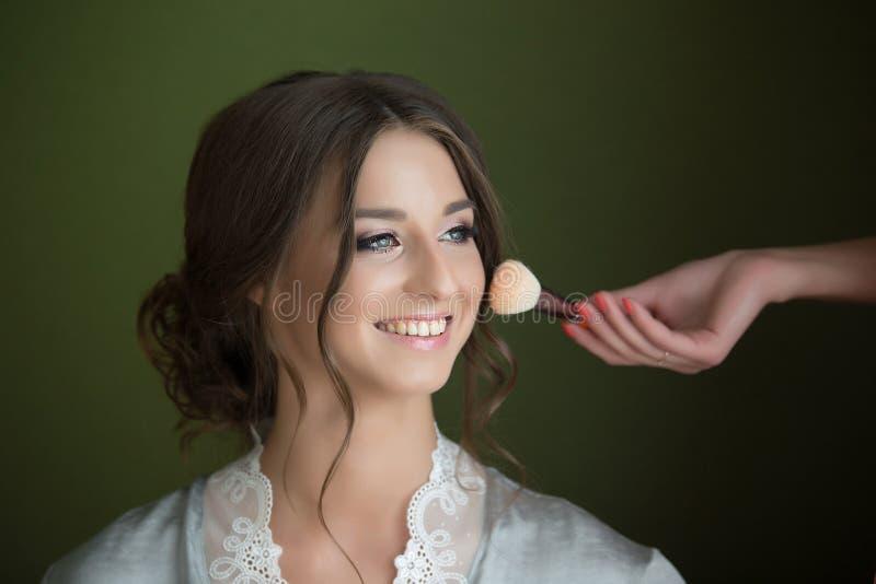做构成新娘的化妆师 免版税库存图片