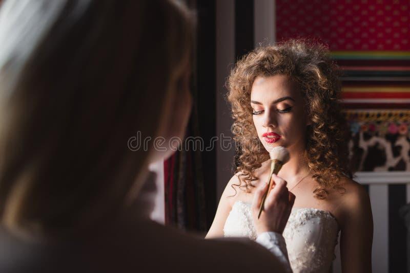 做构成的美丽和年轻新娘早晨 免版税图库摄影