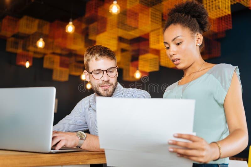做某一会计的年轻商人夫妇 免版税库存照片