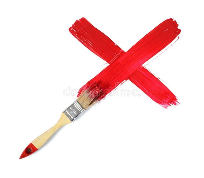 做树胶水彩画颜料红十字标记的画笔在白色背景 库存照片