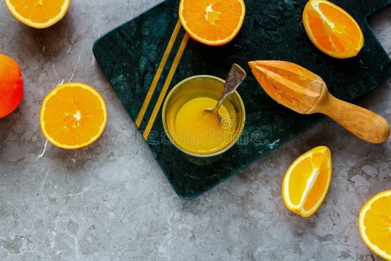 做桔子的汁液 库存照片