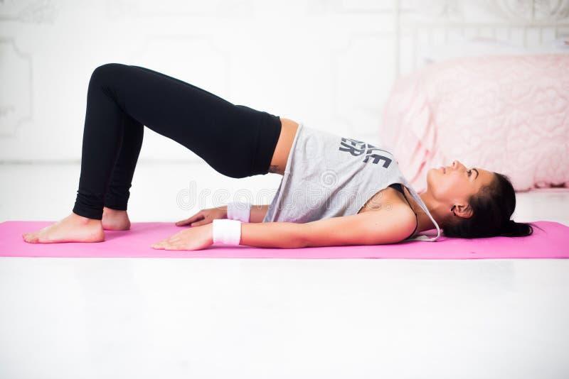 做桥梁姿势运动的妇女使锻炼兴奋 库存照片