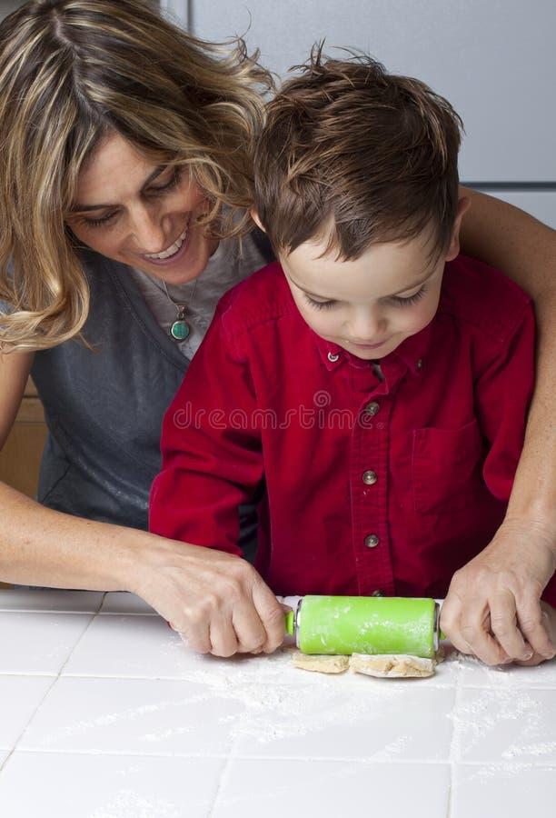 做母亲儿子的曲奇饼 免版税库存图片