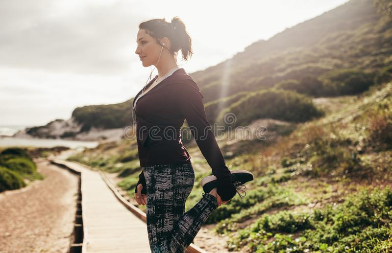 做母的赛跑者舒展锻炼户外 库存照片