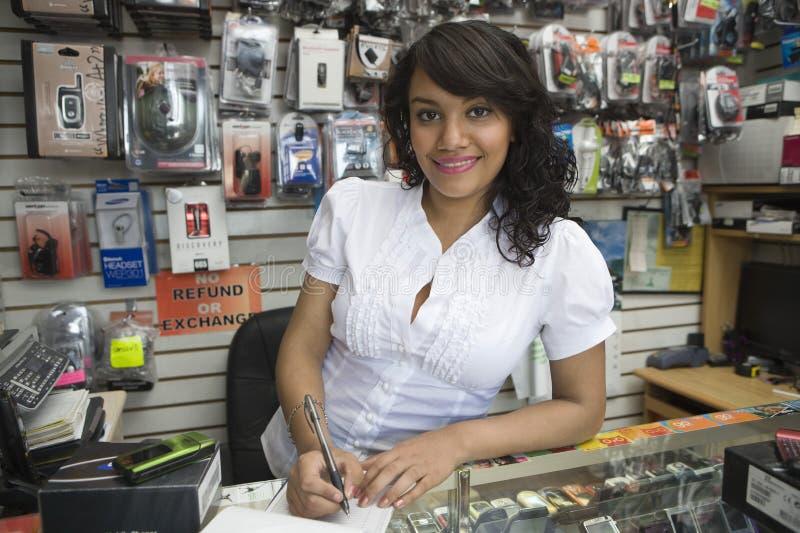 做比尔的女性所有者在流动商店 库存图片