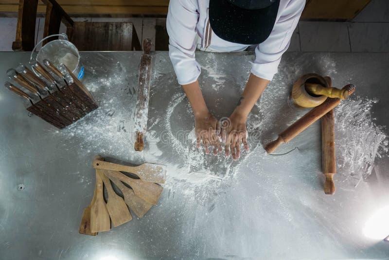 做比萨面团的厨师 免版税库存图片