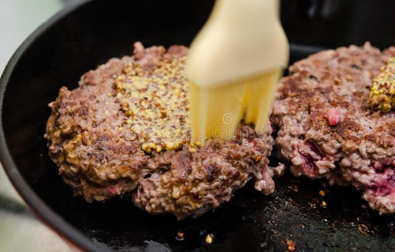 做汉堡用芥末 库存照片