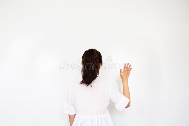 做波浪的女孩递gestur 免版税库存图片